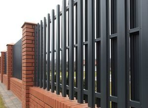 Забор для дачи из металлического штакетника