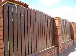 Забор из деревянного штакетника для дачи в СПб