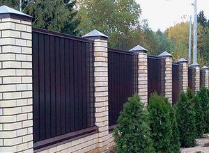 Забор для дачи с кирпичными столбами