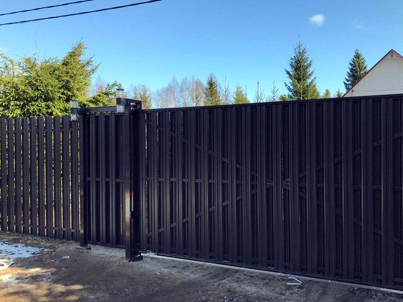 Забор из евроштакетника от производителя в СПб
